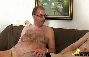 مردی با پیراهن سفید در عوض زنان را شلاق می زند و آنها را سکس عکس متحرک در اختیار دارد